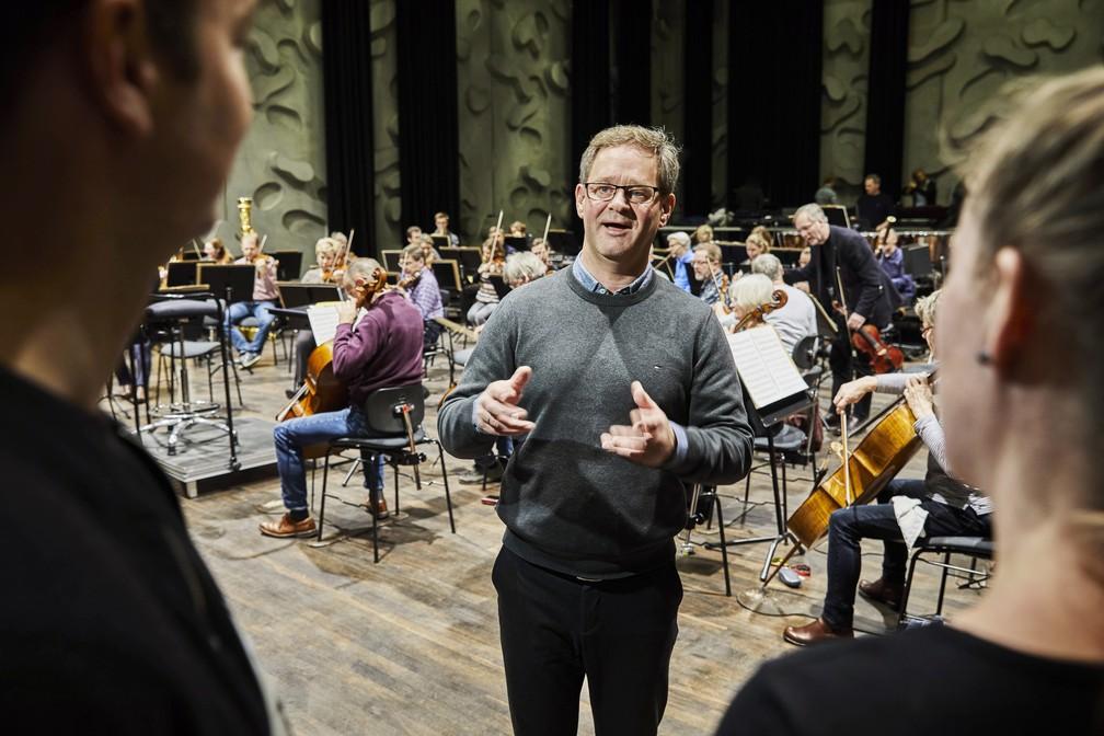 Uma das 'pílulas de cultura' introduzidas no tratamento dinamarquês é visitar os bastidores de uma orquestra de música clássica — Foto: Divulgação/Kulturvitaminer