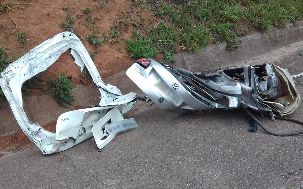 Um dos 4 carros envolvidos no acidente que deixou 3 mortos na Castello Branco nesse domingo (22) — Foto: Leandro Matozo/GloboNews