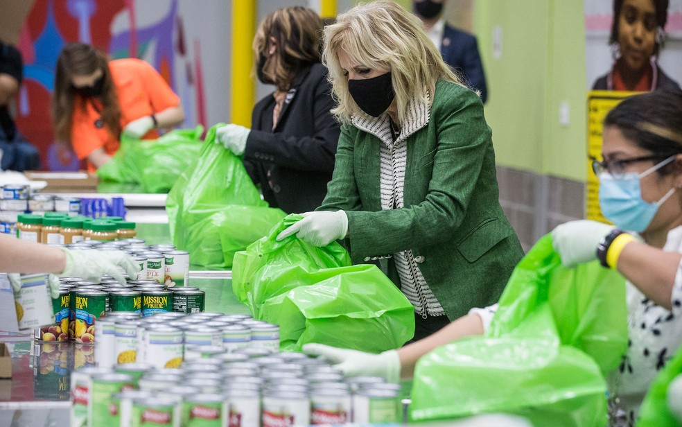 A primeira-dama dos EUA, Jill Biden, ajuda a embalar mantimentos ao lado de voluntários do Banco de Alimentos de Houston, no Texas, na sexta-feira (26) — Foto: Brett Coomer/Houston Chronicle via AP