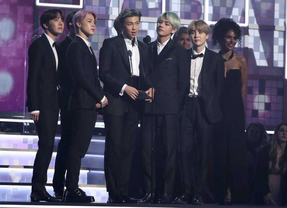 Grupo sul-coreano BTS apresenta categoria Melhor Álbum R&B no Grammy 2019 — Foto: Matt Sayles/Invision/AP