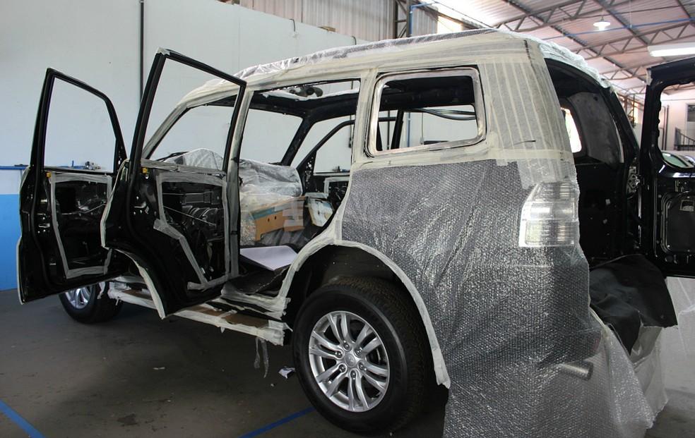Veículo SUV durante o processo de blindagem (Foto: Adneison Severiano/G1 AM)