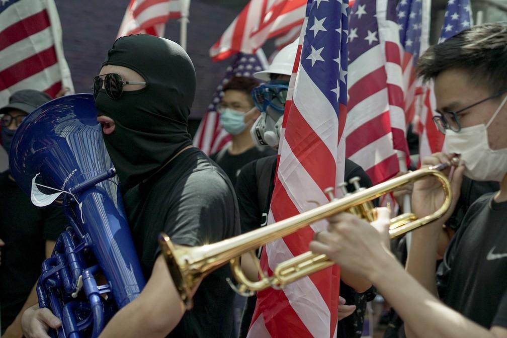 Estudantes anti-Beijing tocam o hino dos Estados Unidos na Universidade de Hong Kong — Foto: Claudia Jardim/BBC