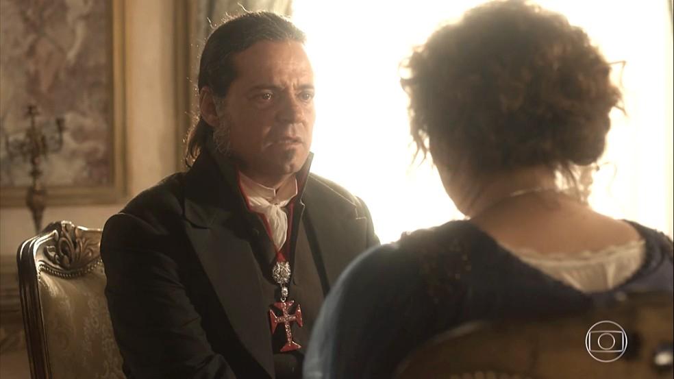 Bonifácio (Felipe Camargo)  fica incrédulo com o pedido de Leopoldina (Letícia Colin), em 'Novo Mundo' — Foto: TV Globo