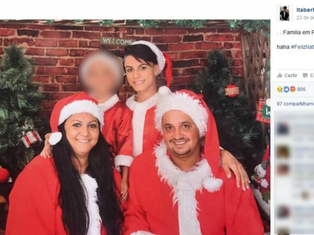 Itaberli Lozano com a mãe e o padrasto em publicação no Facebook (Foto: Reprodução/Facebook)