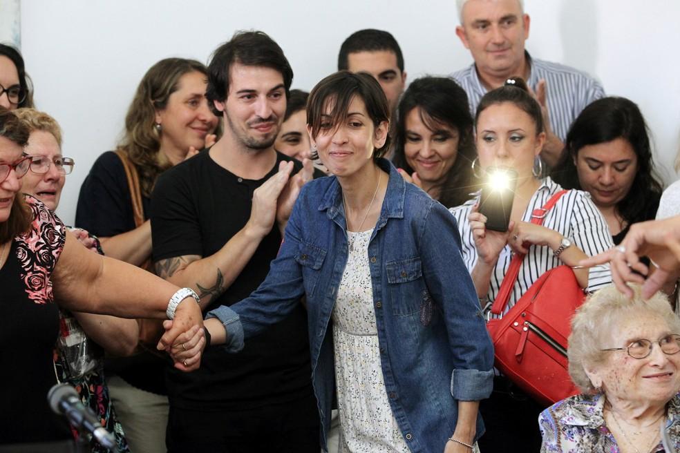 -  Adriana  no centro  deu uma emotiva coletiva de imprensa em Buenos Aires contando ter encontrado a família de quem foi retirada em 1977 por agentes d