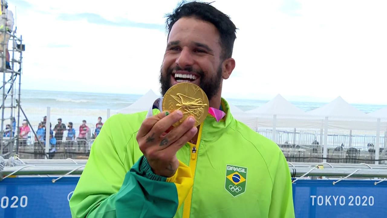Vibra, campeão! Italo Ferreira assiste vídeo da família e se emociana