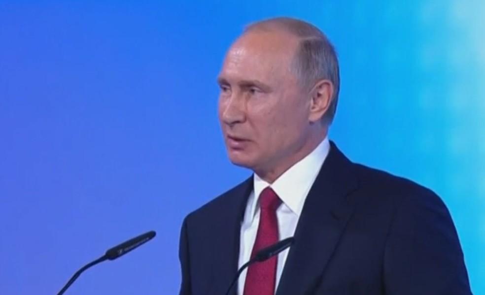 Putin fala em escola de Yaroslavl, nesta sexta (1) (Foto: Reuters)