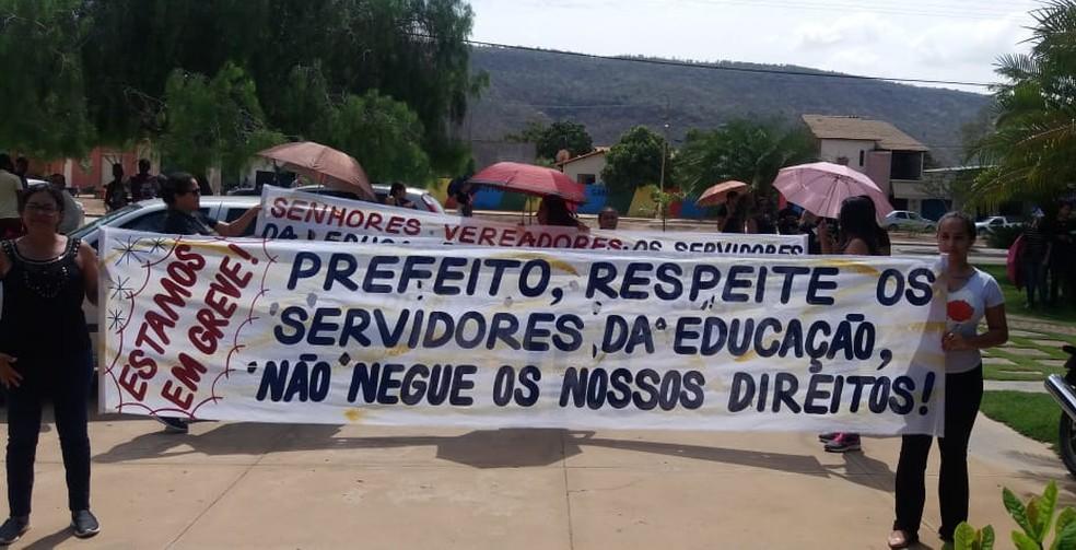 Professores foram às ruas com faixas pedindo respeito aos servidores e garantia de direitos — Foto: Sind- Ute/Divulgação