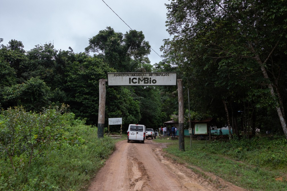 Uma das entradas da Floresta Nacional do Tapajós; visitantes precisam pedir autorização ao ICMBio — Foto: Marcelo Brandt/G1