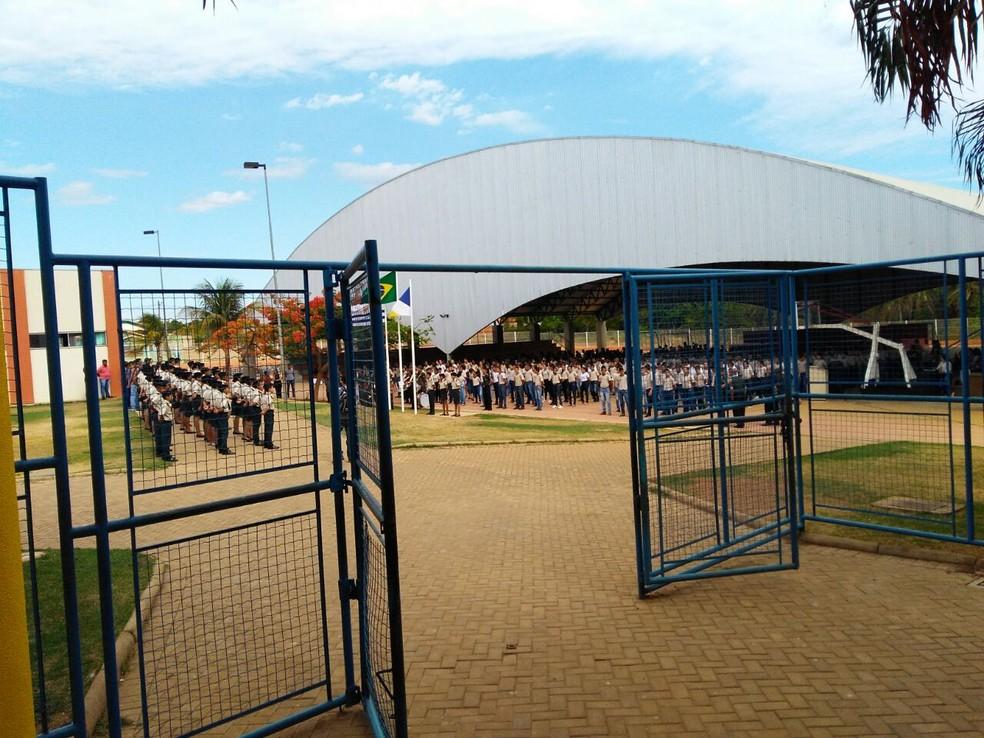 Estudantes participavam de momento cívico na quadra da escola  (Foto: Divulgação )