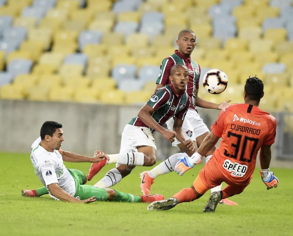 João Pedro tenta toque por cobertura e quase marca o quarto no jogo — Foto: André Durão
