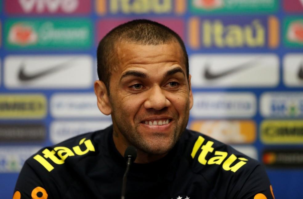 Daniel Alves será capitão da Seleção pela terceira vez sob o comando de Tite (Foto: Reuters)