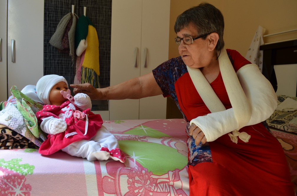 Cotinha com a boneca 'coreca' (Foto: Fabiana Assis/G1)