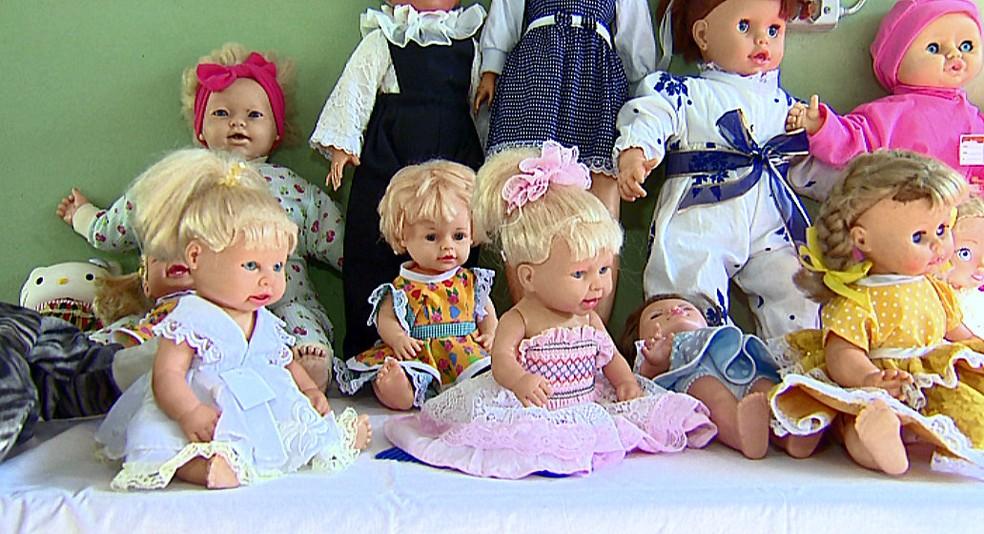 Claudette conta com ajuda do marido para restaurar as bonecas em Descalvado (Foto: Reprodução/EPTV)