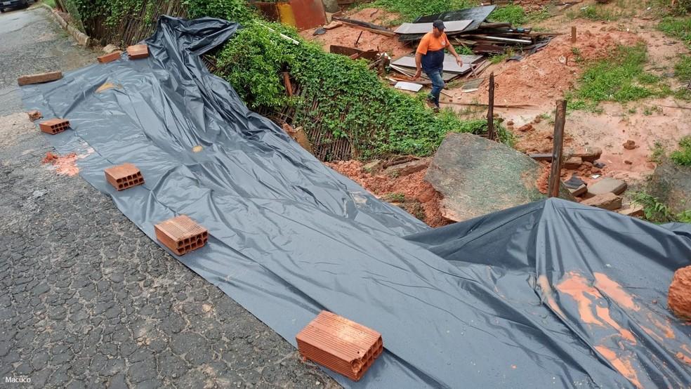Lona foi colocada em local de deslizamento em Macuco, RJ, para evitar que problema fica ainda maior — Foto: Defesa Civil
