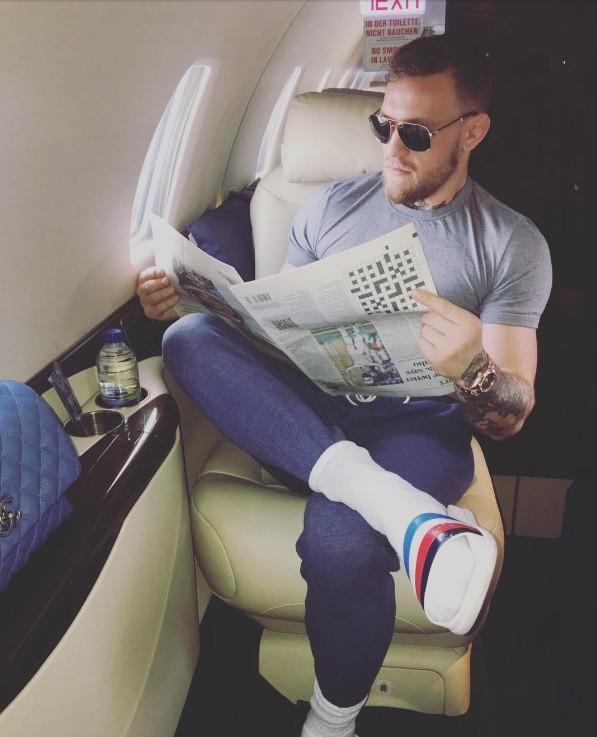 McGregor 'lê' jornal a bordo do seu jatinho