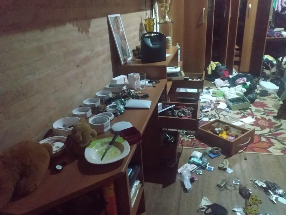 Criminosos reviraram imóvel e levaram R$ 30 mil em bens da família — Foto: Monique Reis/Arquivo Pessoal