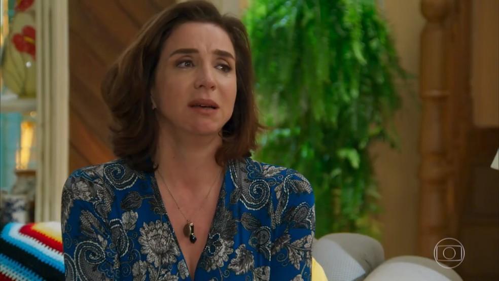 Francesca (Marisa Orth) desabafa com Nair (Ana Carbatti) sobre Carmela (Chandelly Braz) - 'Haja Coração' — Foto: Globo