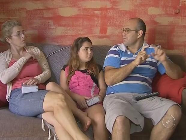 Língua de sinais é forma de comunicação dentro da casa da menina (Foto: Reprodução/ TV TEM)