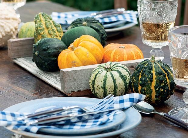Frutas e legumes podem virar objetos decorativos. Faça uma montagem com elas na cozinha ou na mesa de jantar. Abóboras, que duram uma eternidade, são ótimas para isso. Depois, o enfeite vira comida. Produção de Camile Comandini (Foto: Iara Venanzi/Casa e Comida)