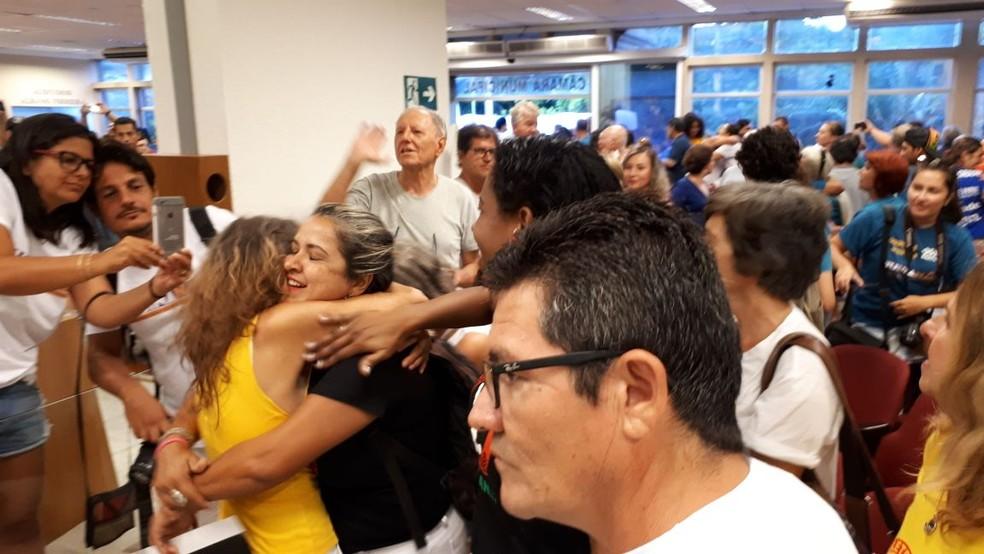 Munícipes comemoraram decisão na Câmara de Peruíbe, SP (Foto: Rodrigo Nardelli/G1)