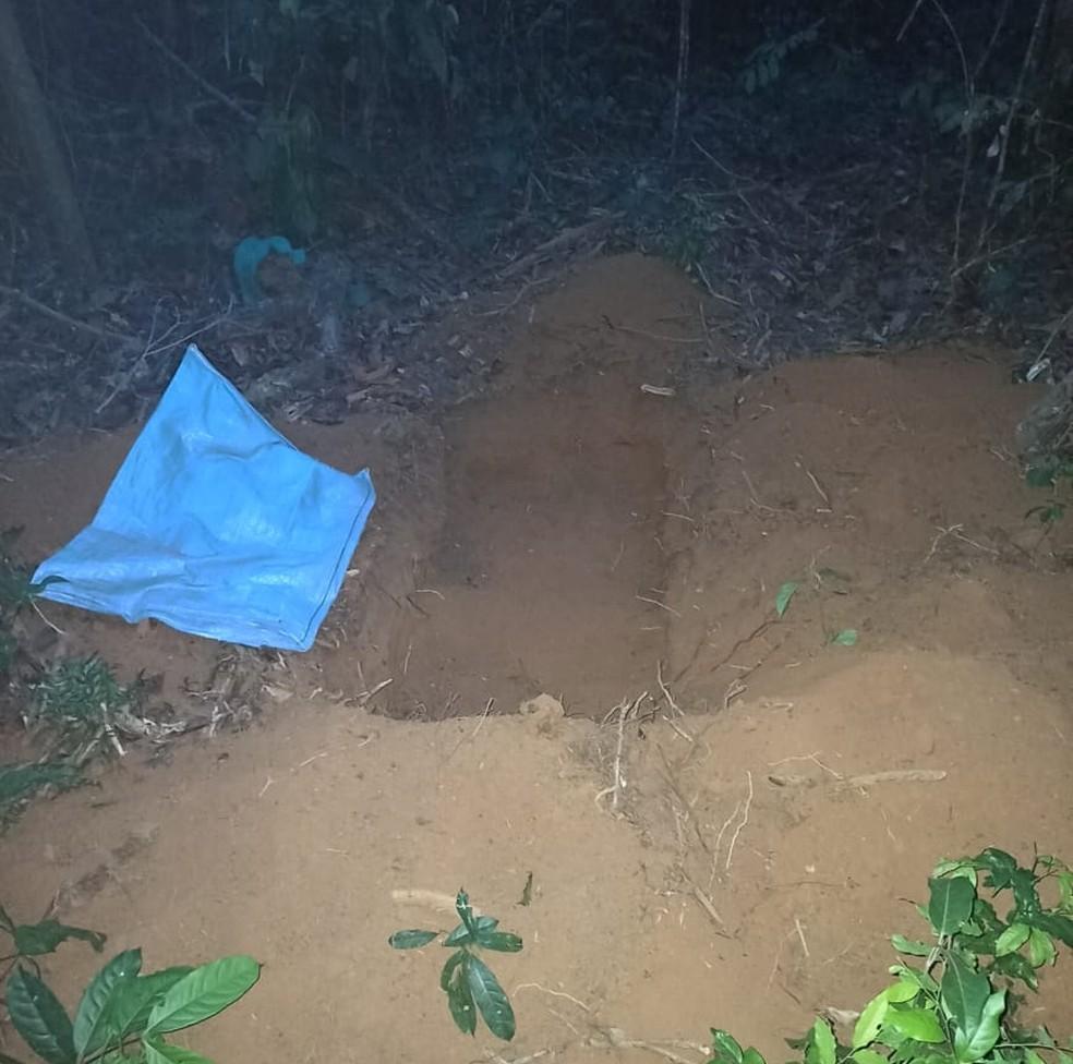 Drogas estavam enterradas em buracos cavados pelos criminosos — Foto: Gefron/Divulgação