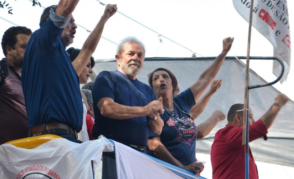 O ex-presidente Lula, em 7 de abril, durante ato em São Bernardo do Campo (SP), horas antes de se entregar à PF (Foto: Rovena Rosa / Agência Brasil)