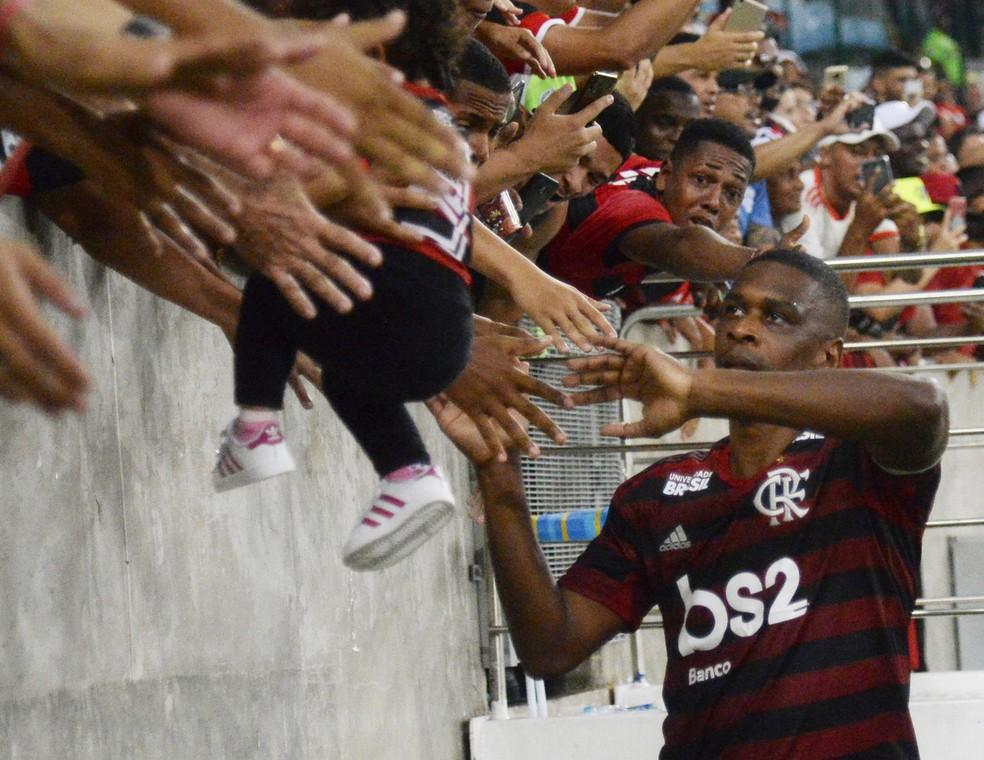 Juan se despede dos gramados em volta olímpica após Flamengo x Cruzeiro em 2019 — Foto: André Durão / ge