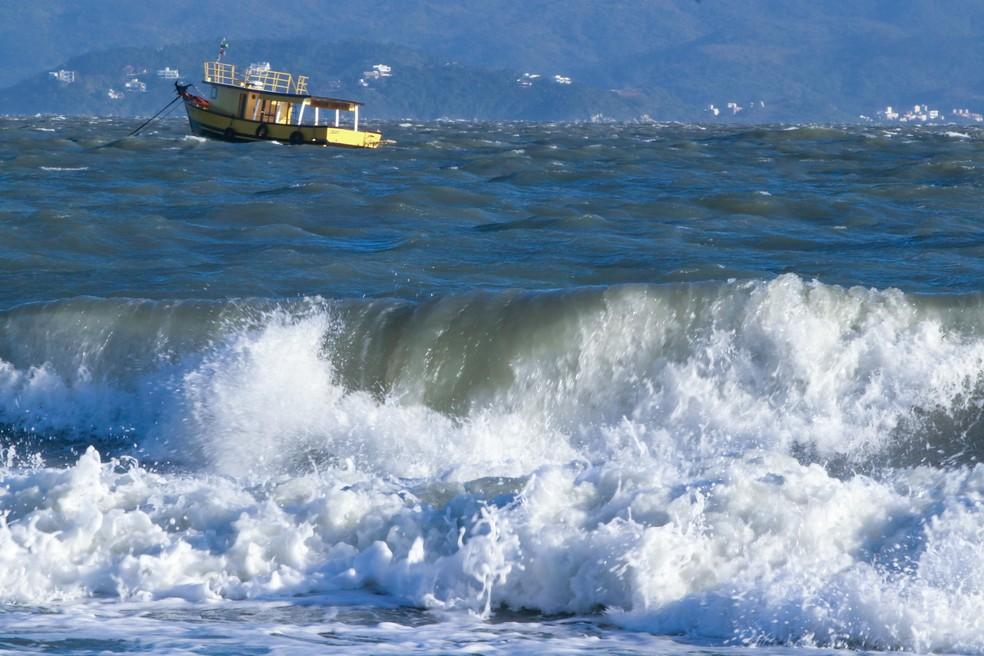 Recomendação é que navegação seja evitada por causa do vento e ressaca.  — Foto: Mauricio Vieira/Secom SC