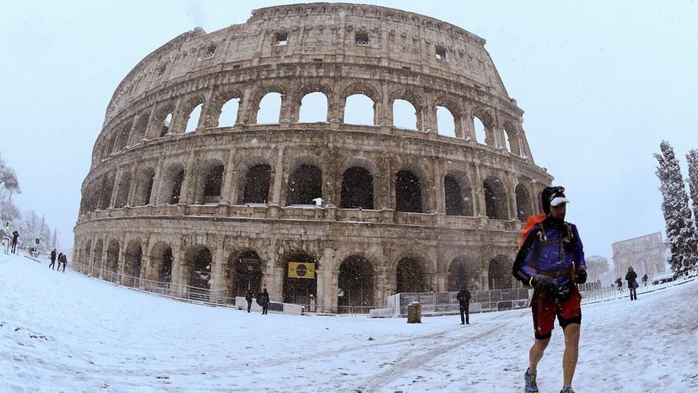 Desde 2012 não nevava em Roma, cidade que não está preparada para temperaturas tão baixas  (Foto: Reuters/BBC)