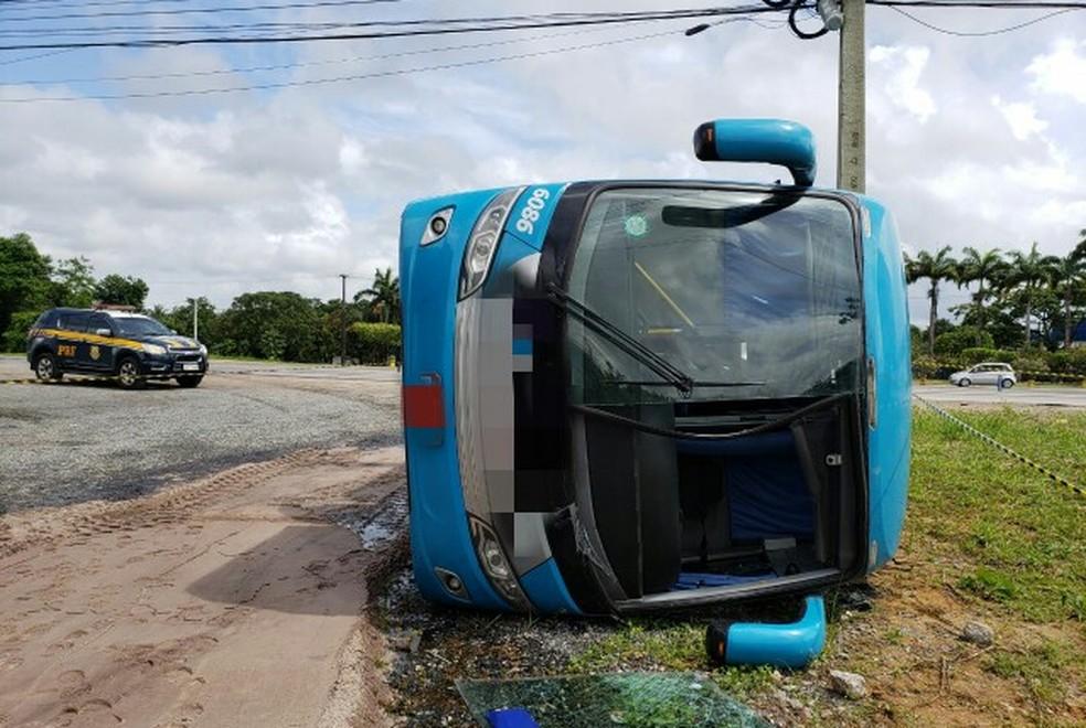 Ônibus tombou na BR-101 Norte, na altura de Paulista, no Grande Recife, neste domingo (6) (Foto: PRF/Divulgação)