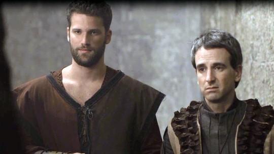 Arthur Salles agita a trama de 'Deus Salve o Rei' como o guarda-costas da personagem de Tatá Werneck