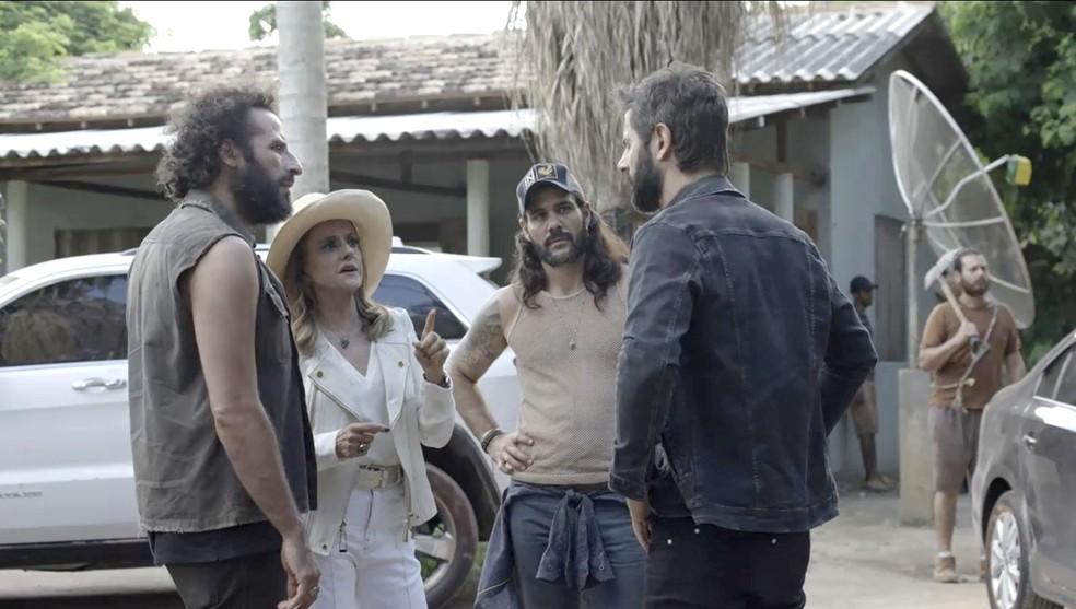 Sophia e Rato levam Vinícius para o garimpo. Mariano recebe os três (Foto: TV Globo)