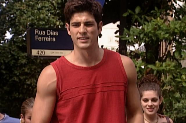 Reynaldo Gianecchini em cena como o Edu de 'Laços de família' na Rua Dias Ferreira, no Leblon (Foto: Reprodução)