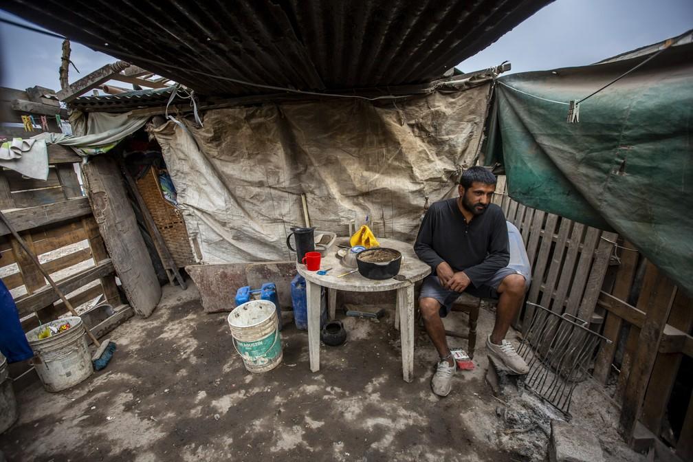 Argentino vive em barraco de madeira e lona na província de Salta, na Argentina — Foto: Javier Corbalán/AP Photo
