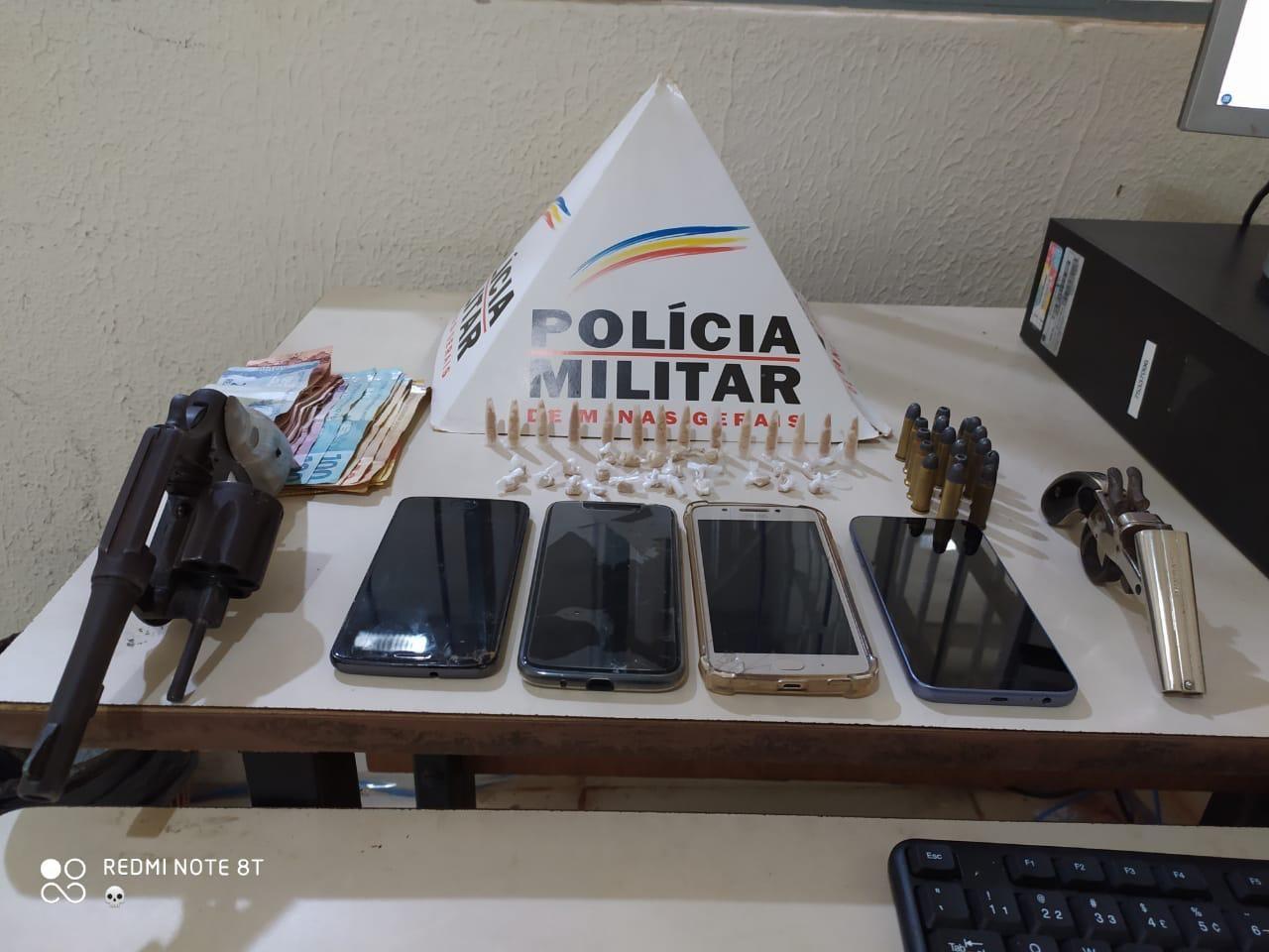 Quatro jovens são presos e um menor detido com armas e drogas em Governador Valadares