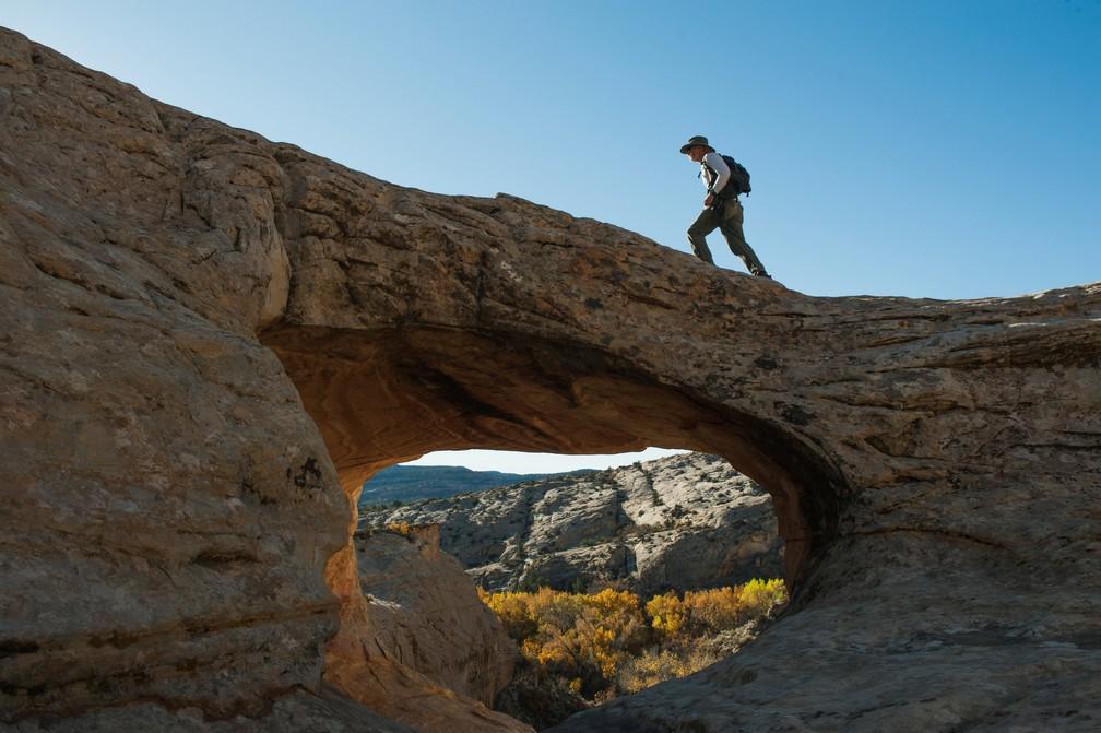 Homem caminha entre o Monumento Nacional Bears Ears, em Utah, nos Estados Unidos  (Foto: Andrew Cullen/Reuters)