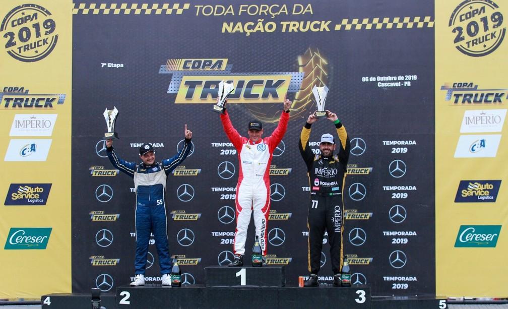 Pódio da primeira corrida do dia em Cascavel: Beto Monteiro, Paulo Salustiano e André Marques — Foto: Vanderley Soares/Copa Truck