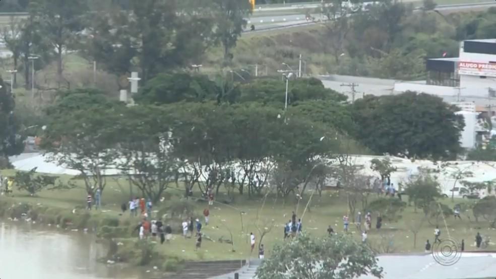 Dezenas de pessoas foram ao Parque do Paço, em Sorocaba, para soltar pipa durante o feriado de aniversário da cidade (Foto: TV TEM/Reprodução)