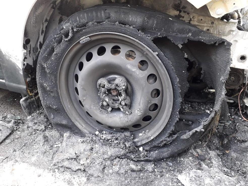 Viaturas da Polícia Civil são danificadas por incêndio em Dracena — Foto: Mariane Santos/TV Fronteira