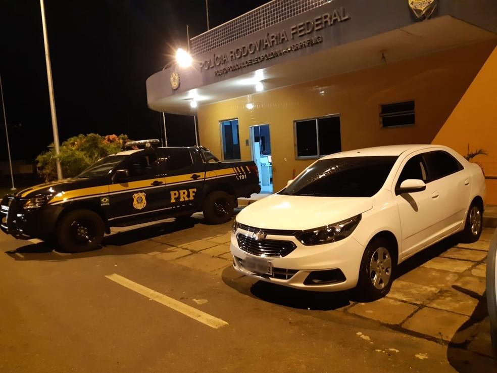 Carro recuperado pela PRF em Leopoldina nesta sexta-feira (11) — Foto: PRF/Divulgação