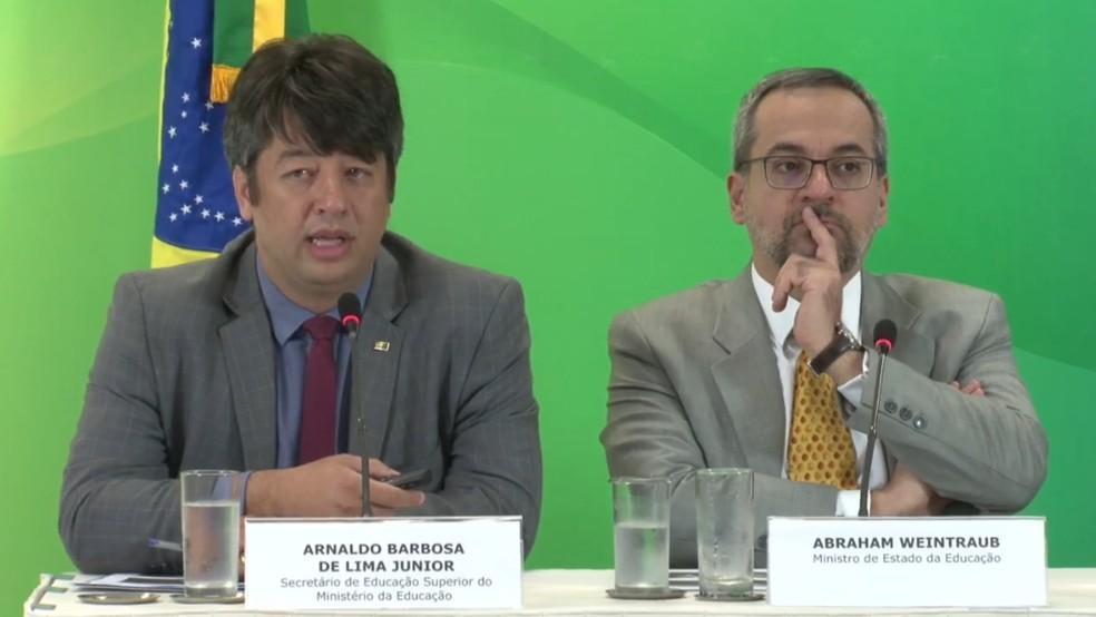 Secretário de Educação Superior do MEC, Arnaldo Barbosa, ao lado do ministro da Educação, Abraham Weintraub em coletiva de imprensa na sexta-feira (29) — Foto: Reprodução/Facebook/MEC