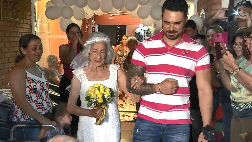 O casamento de Branca e Marcelino emocionou os convidados — Foto: Vanderlei Duarte/EPTV
