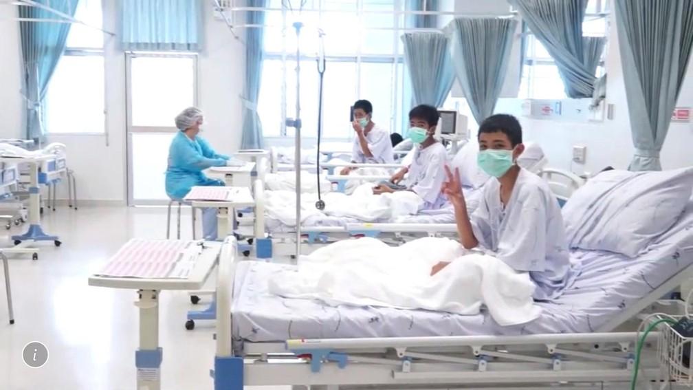 -  Meninos resgatados da caverna se recuperam no hospital de Chiang Rai, na Tailândia, em imagem divulgada nesta quarta pelo governo local  Foto: Govern