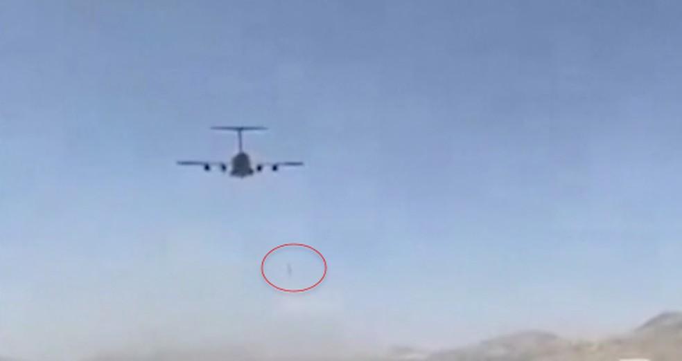 Imagem da decolagem do avião em Cabul, nesta segunda (16) — Foto: Reprodução