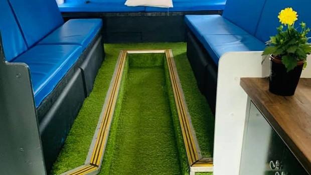 Espaço interno de ônibus modificado para abrigar moradores de rua (Foto: Facebook/Buses4Homeless)