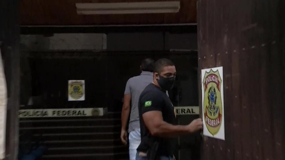 Preso em desdobramento da Operação Lava Jato, empresário Mário Peixoto é levado para a Delegacia da Polícia Federal em Angra dos Reis — Foto: Reprodução