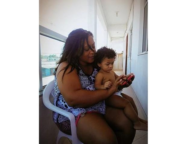 A mãe de Elleinie parou o curso de enfermagem para ajudar nos cuidados do neto Adriel (Foto: Arquivo pessoal)