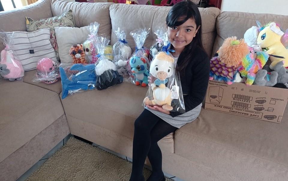 Menina pega mais de 50 ursos em máquina de mercado e doa para crianças carentes: 'Sempre gostei de ajudar'