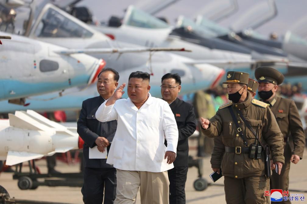 Última aparição pública de Kim Jong-un, ditador da Coreia do Norte, é uma fotografia em que aparece vistoriando aviões militares datada de 12 de abril — Foto: KCNA/via Reuters